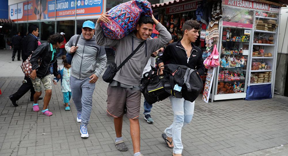 Maduro a emigrantes: Dejen de lavar inodoros y vengan
