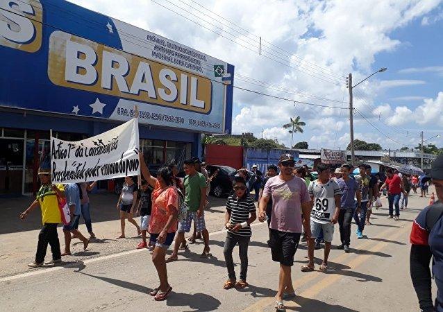 Vecinos de la ciudad fronteriza de Pacaraima, en Brasil
