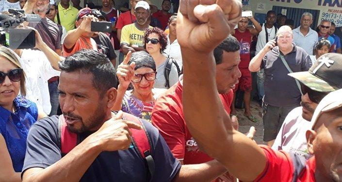 Vecinos de la ciudad fronteriza de Pacaraima, en Brasil, se manifiestan contra la entrada incontrolada de venezolanos. Los inmigrantes se encaran con ellos pidiendo comprension y les acusan de xenofobia