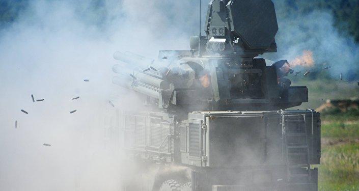 El Pantsir-S1 es un sistema de defensa antiaérea motorizado que combina misiles y cañones de 30mm para generar una última y densa barrera de corto y mediano alcance ante un ataque de misiles