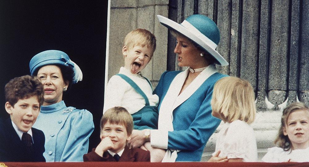 El príncipe Harry en los brazos de su madre, princesa Diana