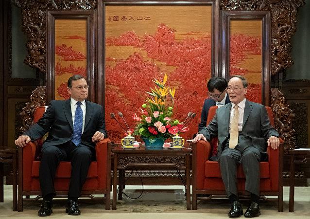 El canciller de Perú, Néstor Popolizio y el vicepresidente de China, Wang Qishan