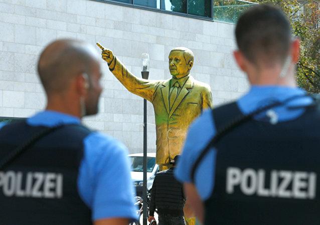 Estatua dorada de Erdogan en Alemania