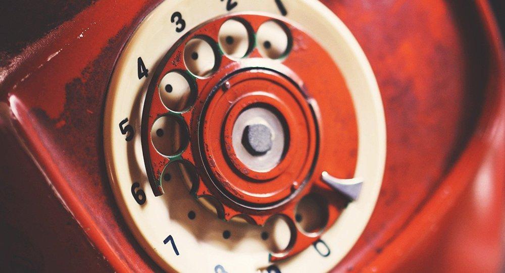 Un teléfono rojo (imagen referencial)