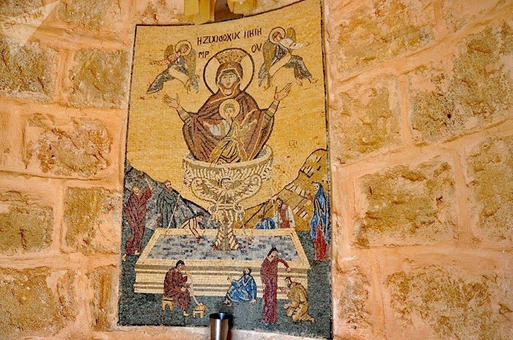 La capilla de Santa María del Milagro. Se ubica en una aldea en el camino Latakia-Kassab. Según cuenta la leyenda, hace 100 años los vecinos de este pequeño pueblo se enfrentaron con el problema de la escasez de agua. Estuvieron mucho tiempo sin encontrar un pozo de agua, la aldea entera casi había perdido la esperanza cuando una de las vecinas soñó con Santa María que le indicó el lugar. Al día siguiente la mujer relató lo que había soñado y encontraron agua dulce en el lugar indicado. En agradecimiento a Santa María los vecinos construyeron una capilla en su honor. s los vecinos de este pequeño pueblo se enfrentaron con eLa capilla de Santa María del Milagro. Se ubica en una aldea en el camino Latakia-Kassab. Según cuenta la leyenda, hace 100 años los vecinos de este pequeño pueblo se enfrentaron con el problema de la escasez de agua. Estuvieron mucho tiempo sin encontrar un pozo de agua, la aldea entera casi había perdido la esperanza cuando una de las vecinas soñó con Santa María que le indicó el lugar. Al día siguiente la mujer relató lo que había soñado y encontraron agua dulce en el lugar indicado. En agradecimiento a Santa María los vecinos construyeron una capilla en su honor.