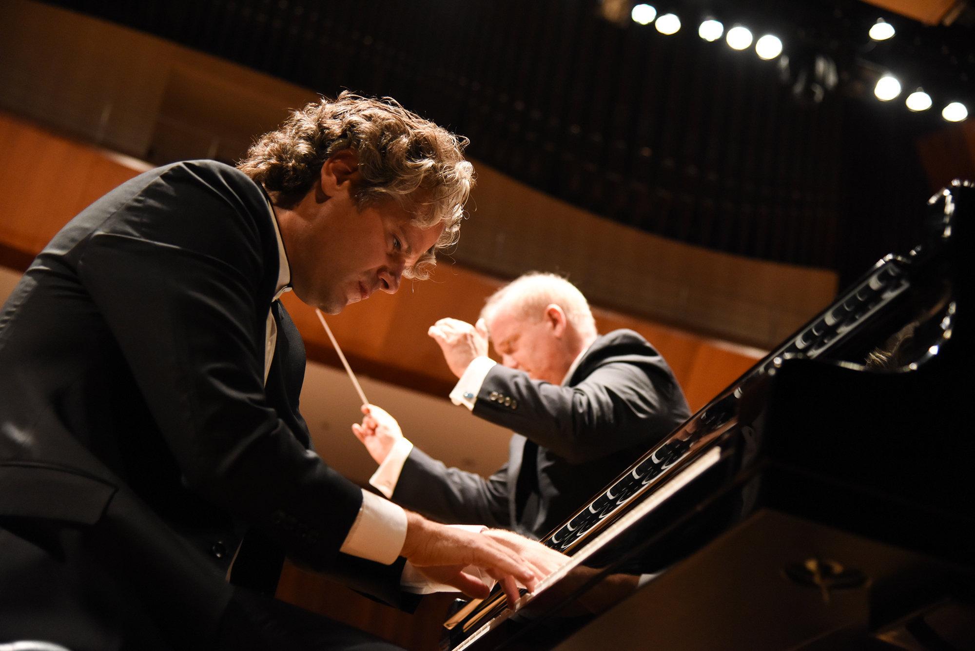 El pianista Sebastián Forster junto al director ucraniano Theodore Kuchar en el concierto del 29 de agosto en el CCK