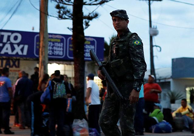 Un militar en la frontera entre Brasil y Venezuela