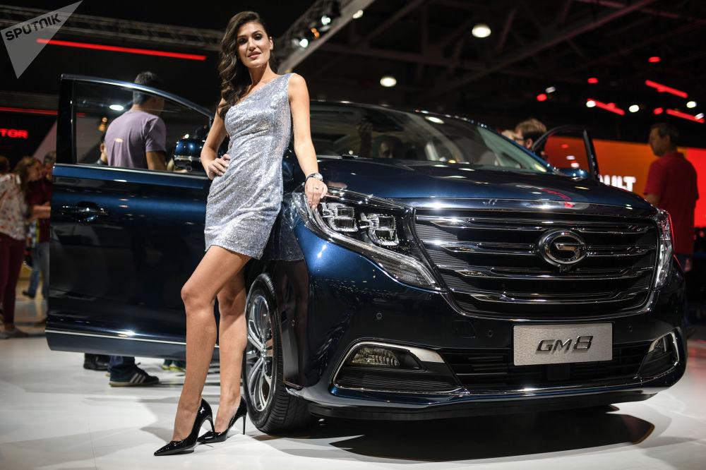 Belleza y potencia: las más bellas azafatas del Salón del Automóvil de Moscú