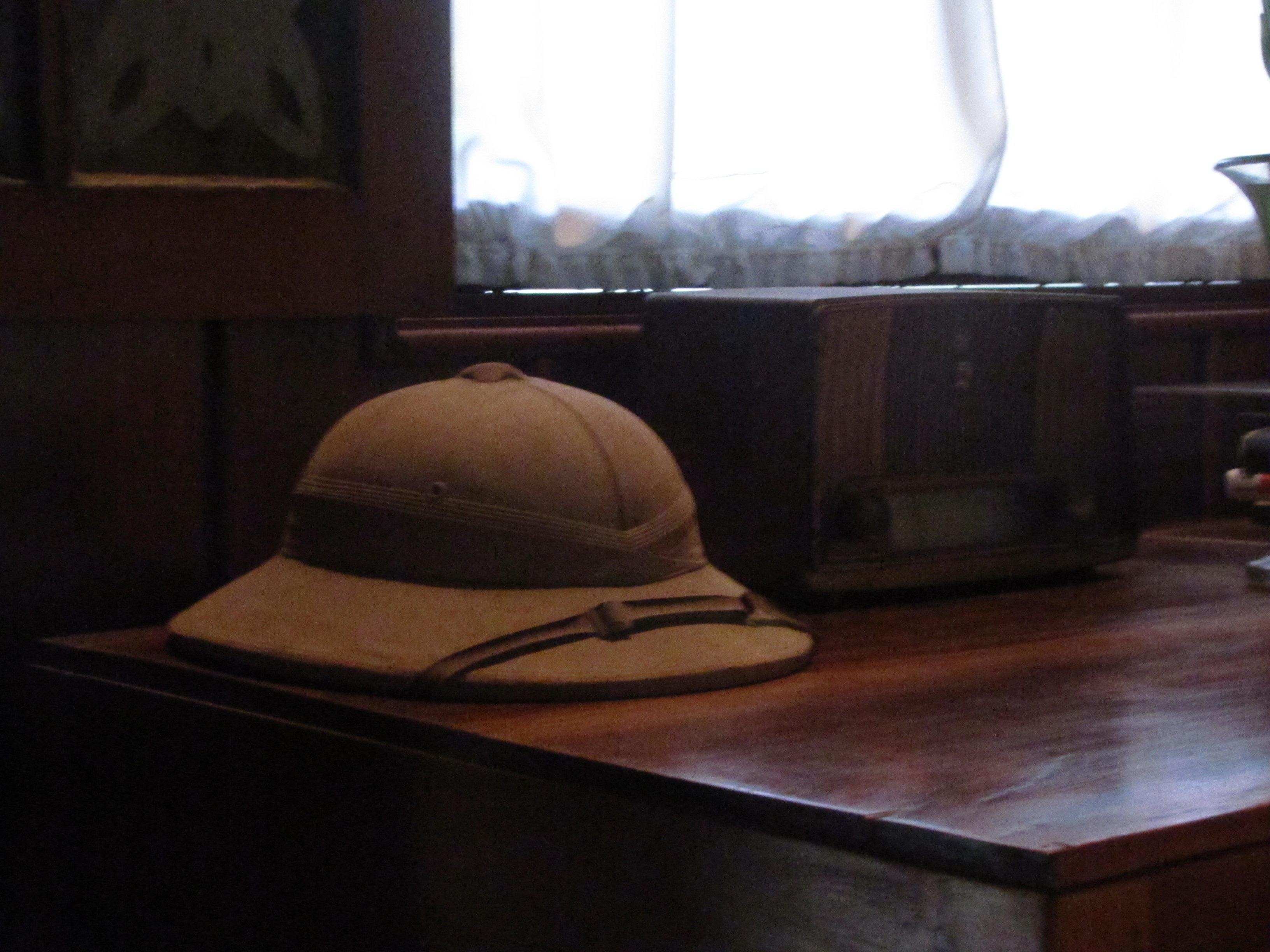 Sombrero de Ho Chi Minh sobre su escritorio en la Casa Zancuda