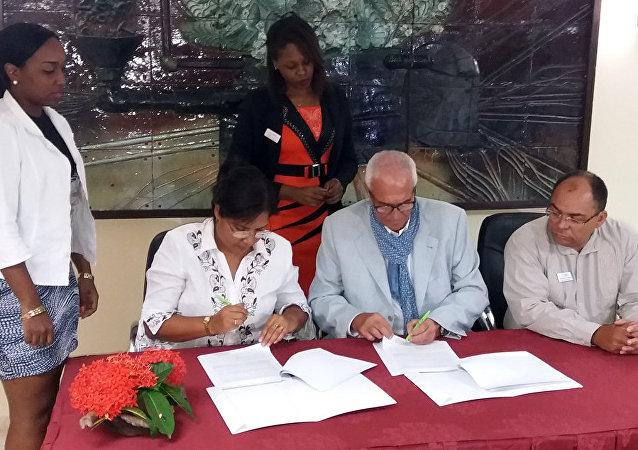 Miladys Orraca, presidenta de la Empresa Comercializadora de Servicios Médicos de Cuba, y Diego Cerrone, presidente del grupo Dimensione, de Italia, firman convenio de servicios médicos en La Habana.