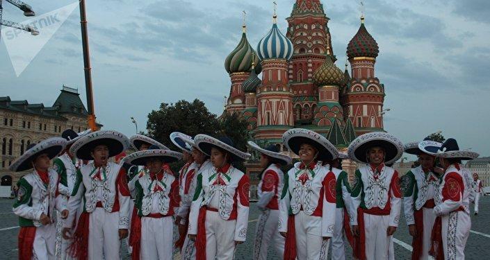 Los integrantes de los Delfines de Veracruz ensayan en la Plaza Roja durante el X festival Torre Spásskaya