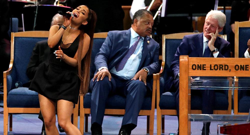 El reverendo tocó el pecho de Ariana Grande