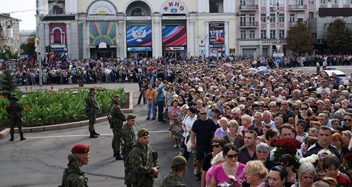 Ciudadanos dan el último adiós al líder de la república de Donetsk