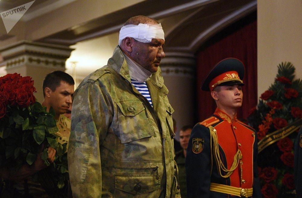 El ministro de Ingresos y Tributos de la RPD, Alexandr Timoféev, da el último adiós al líder de la república de Donetsk