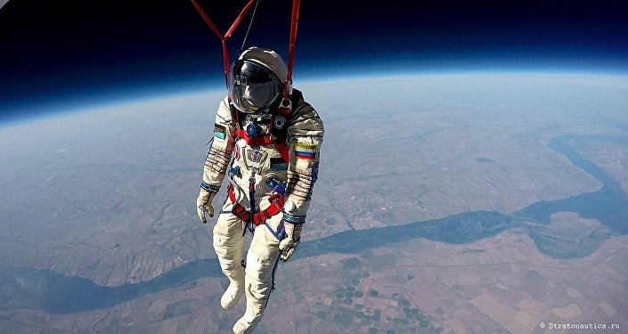 La foto del traje espacial Sókol llevado a la estratosfera por la empresa rusa Stratonautica