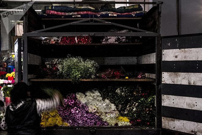 Una camioneta con pequeños productores de flores en el mercado Jamaica Vive