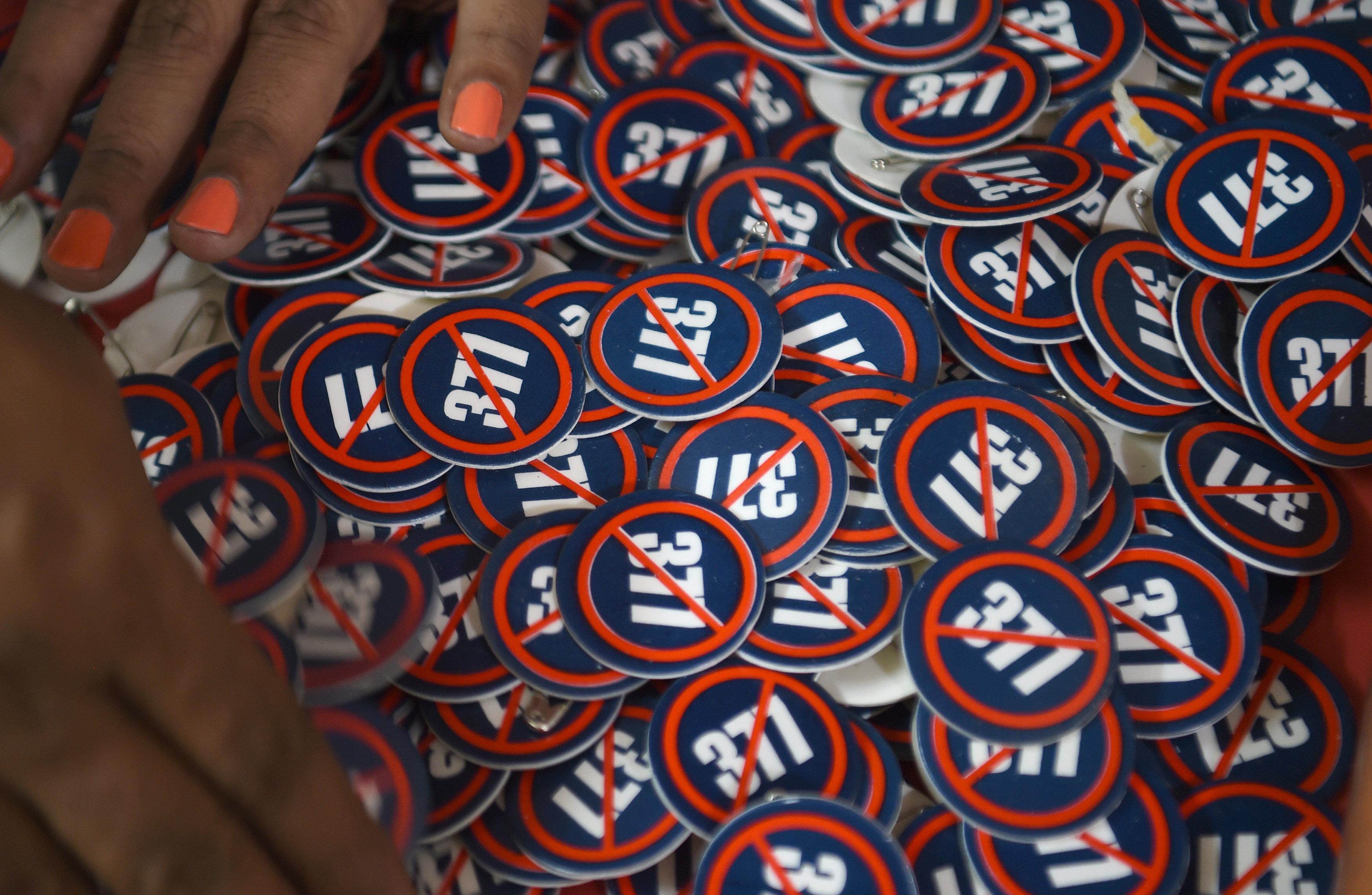 Las chapas con el número 377 rayado que representa la anulación de la llamada Sección 377