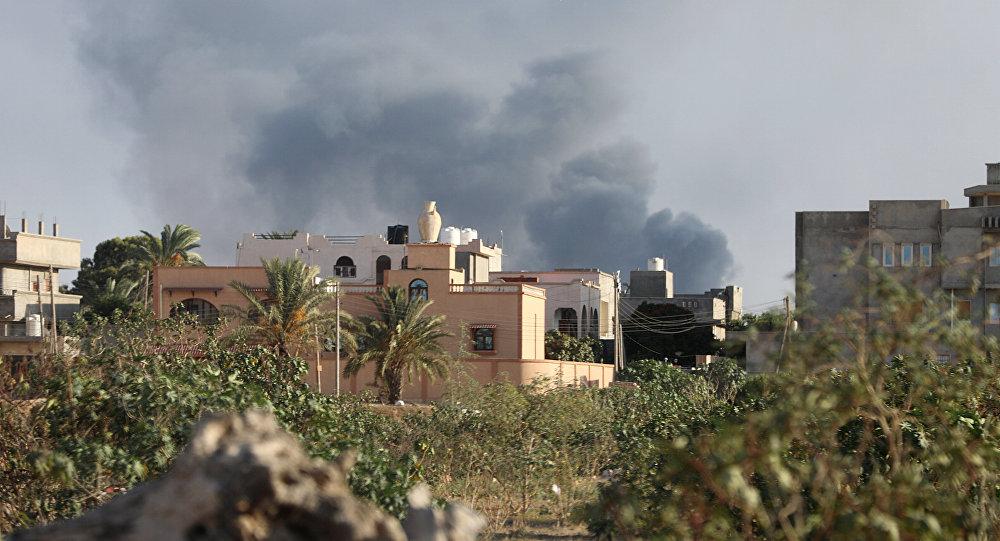 Humo en la ciudad de Trípoli tras los enfrentamientos, Libia