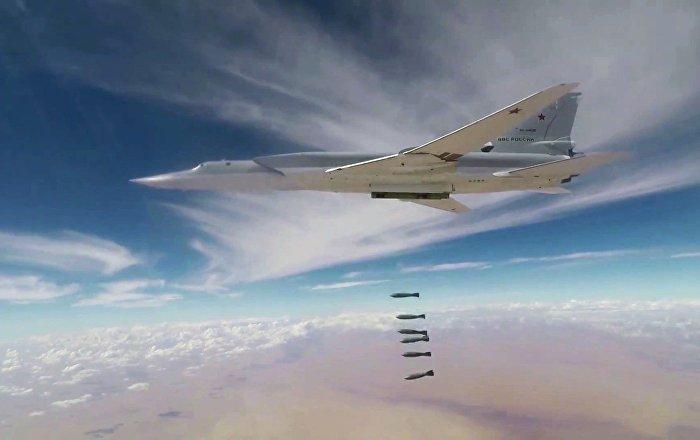 Un bombardero ruso lanza las bombas contra las posiciones de los terroristas en Siria