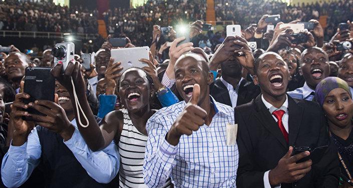 Los habitantes de Nairobi, Kenia, con dispositivos electrónicos (archivo)
