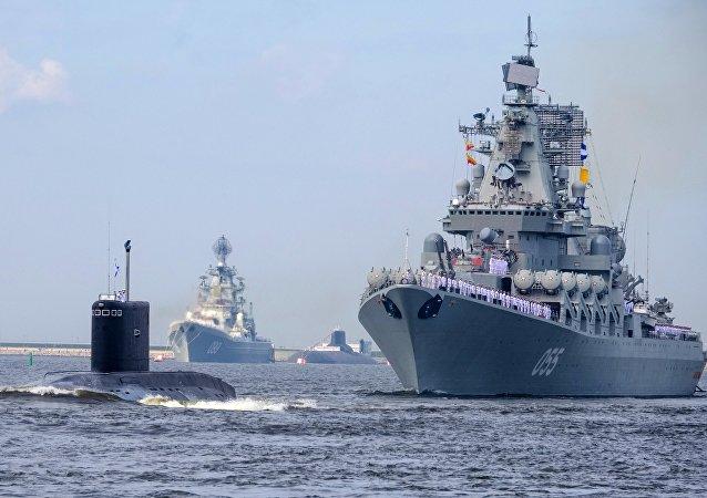 El crucero de misiles Piotr Veliki y el submarino Kolpino de la Armada rusa