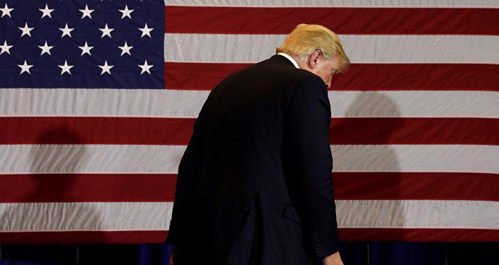 Presidente de EEUU, Donald Trump, con la bandera del país al fondo