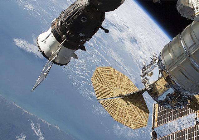 La nave rusa Russian Soyuz MS-09 (izda.) y Cygnus de Northrop Grumman (ex Orbital ATK) acoplados a la EEI