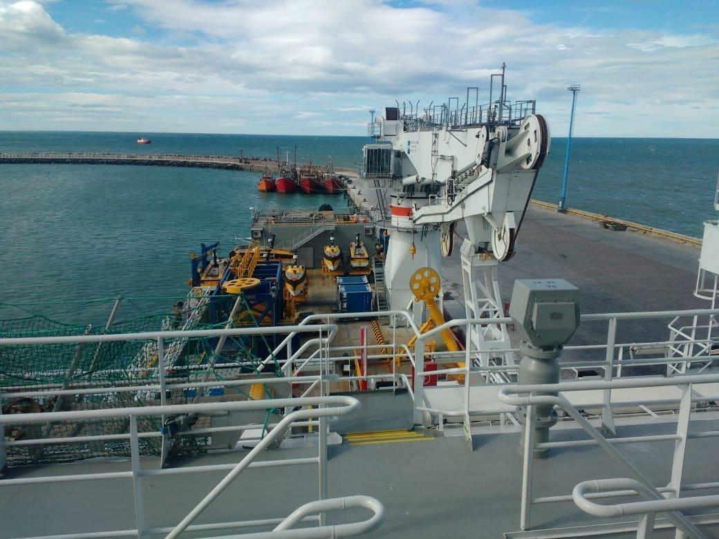 Buque noruego que buscará al Ara San Juan anclado en el puerto Comodoro Rivadavia en Argentina