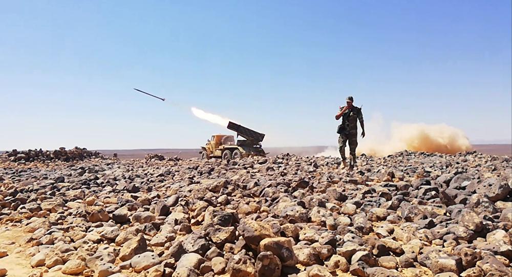 Un soldado sirio en un campo volcánico (archivo)