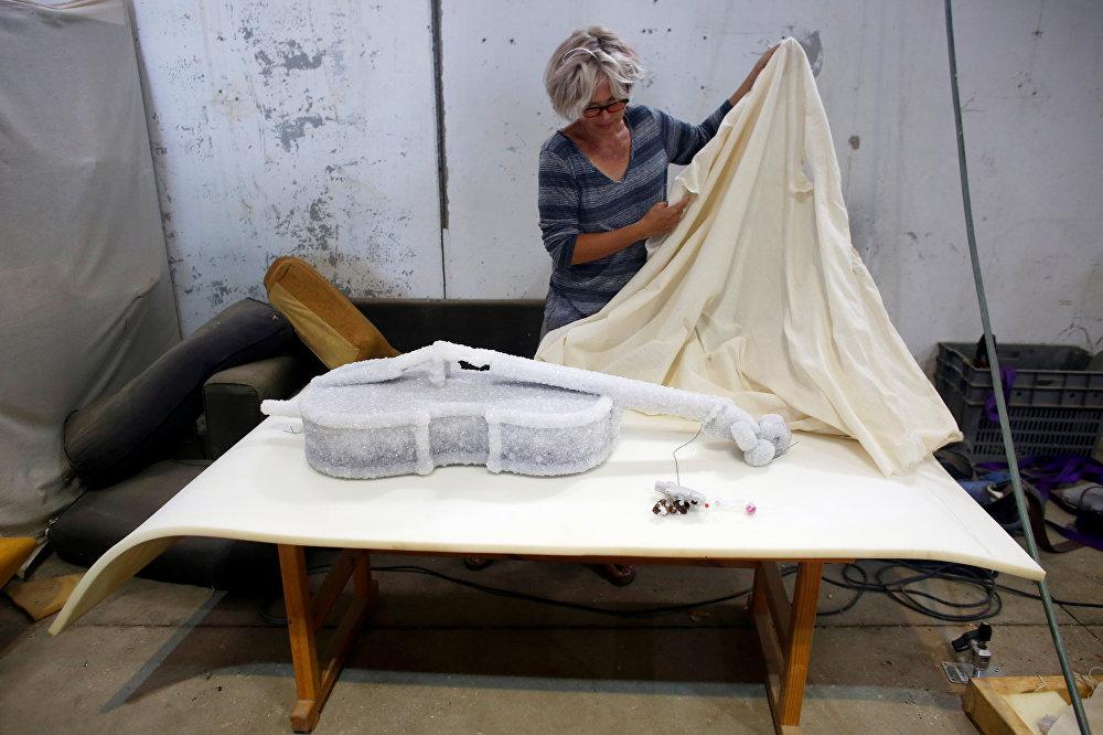Un violonchelo convertido en una escultura de sal, obra de Sigalit Landau