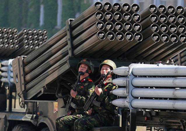 Militares norcoreanos durante en el desfile militar celebrado en Pyongyang con ocasión del 70 aniversario del país