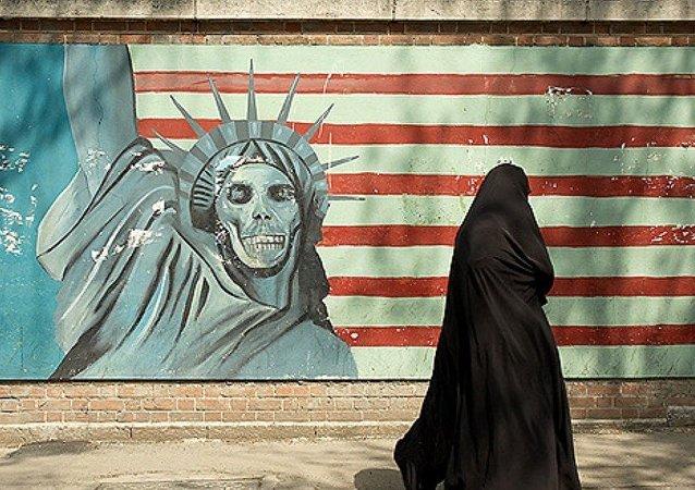 Famoso mural de la estatua de la libertad con una cara del cráneo con la bandera estadounidense de fondo, ex embajada de Estados Unidos, Teherán