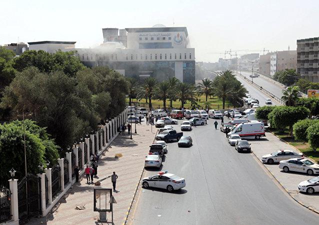 Ambulancias y policías cerca de la petrolera libia NOC en Trípoli