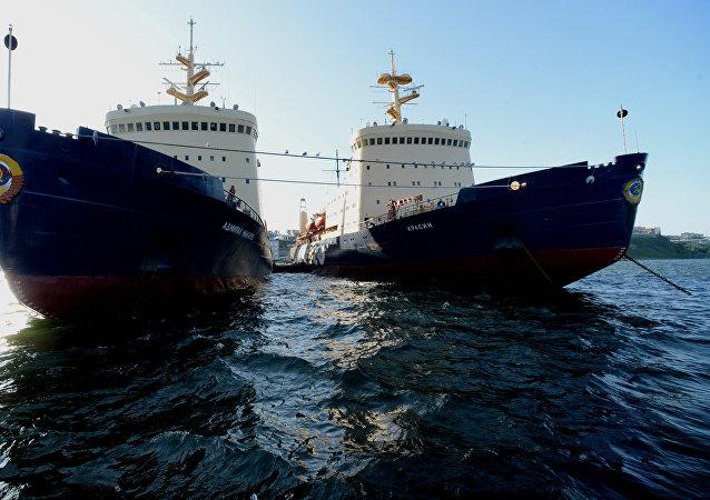 Unos rompehielos en la Ruta Marítima Norte