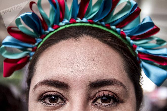 Una mujer con traje tarasco posa para un retrato durante el Son para Milo 2018