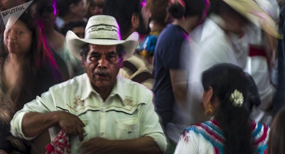 Una pareja de adultos mayores baila en la tarima durante el Son para Milo 2018