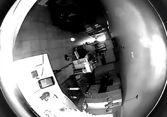 Un extraño objeto de color blanco vuela por la habitación de una casa en EEUU
