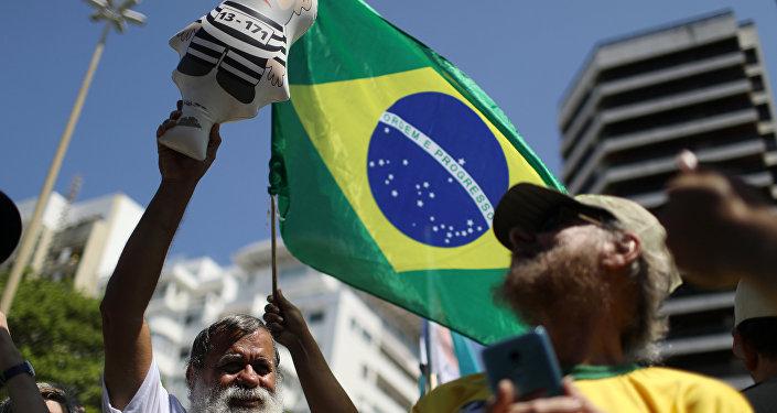 Un manifestante con la bandera de Brasil