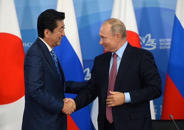 Shinzo Abe, primer ministro de Japón, y Vladímir Putin, presidente de Rusia (archivo)