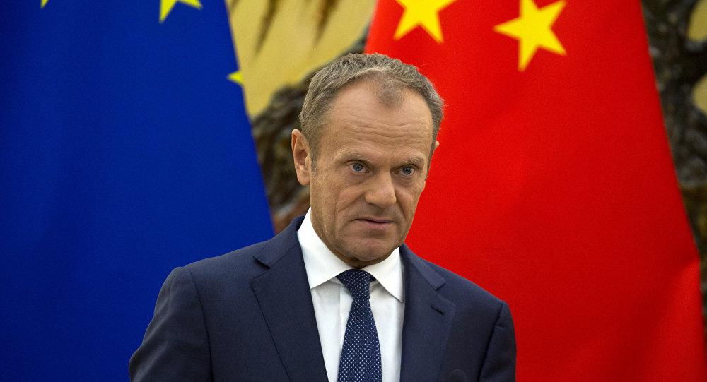 El presidente del Consejo Europeo, Donald Tusk, asiste a una conferencia de prensa conjunta con el primer ministro chino Li Keqiang y el presidente de la Comisión Europea, Jean-Claude Juncker