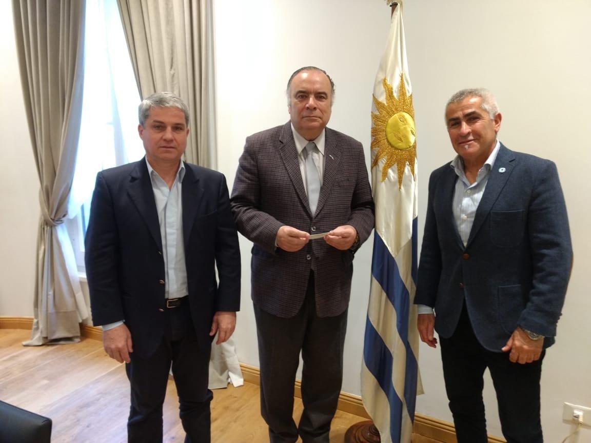 Ernesto Alonso, secretario de Derechos Humanos del Centro de ExCombatientes Islas Malvinas de La Plata, con el embajador uruguayo en Argentina, Héctor Lescano.