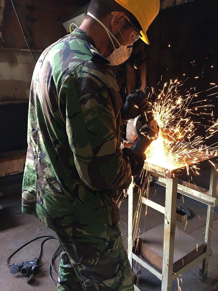 Un marinero trabaja en la corbeta