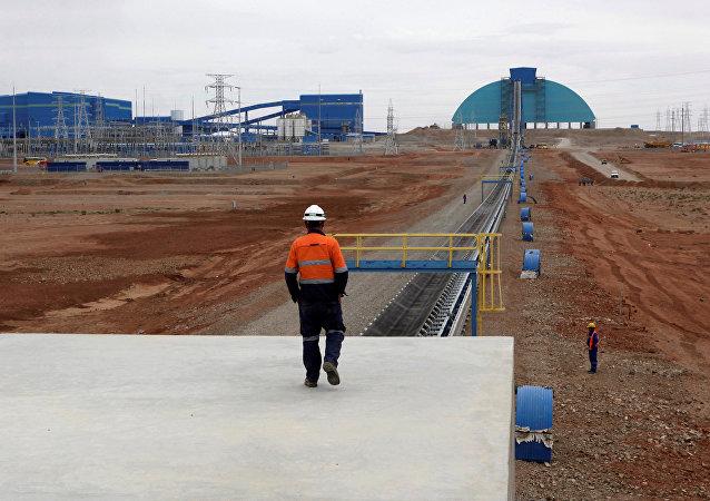 Un empleado en la región sur de Mongolia