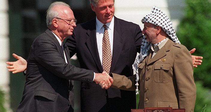 El primer ministro israelí, Yitzhak Rabin, y el líder palestino Yaser Arafat sellan los Acuerdos de Oslo en la Casa Blanca