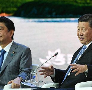 El primer ministro japonés, Shinzo Abe y el presidente chino, Xi Jinping, en el Foro Económico Oriental 2018