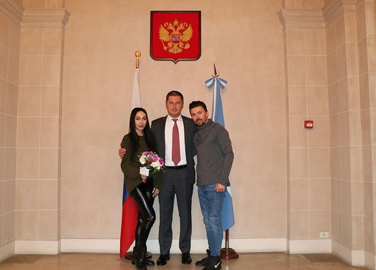 El pasado 23 de agosto el embajador recibió a los ganadores del Mundial de tango argentino, Dmitry Vásin y Sagdiana Hamzina, después de presenciar el espectáculo en Luna Park.