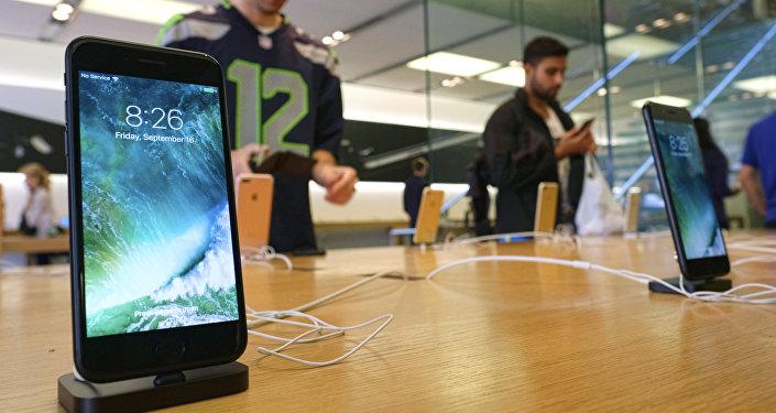 El Apple iPhone 7 se exhibe en una tienda de Los Ángeles, en septiembre de 2016.