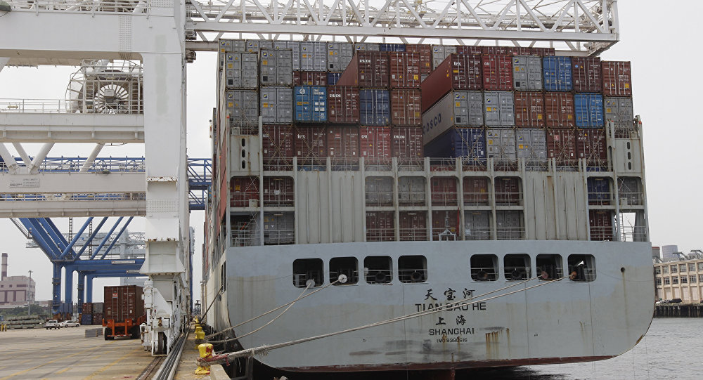 Una nave china cargada con contenedores