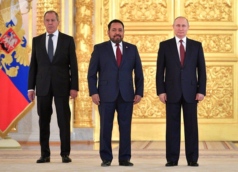 El embajador de El Salvador en Rusia, Efrén Arnoldo Bernal Chévez (centro), durante la presentación de cartas credenciales en el Kremlin, Moscú, 11 de abril de 2018