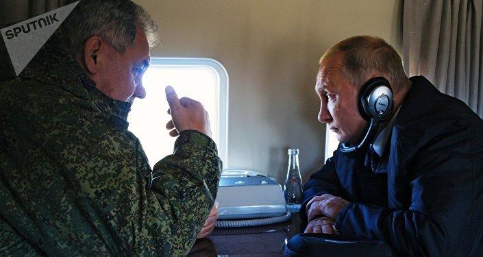 Ministro de Defensa ruso, Serguéi Shoigú, y presidente de Rusia, Vladímir Putin, durante el sobrevuelo del campo de entrenamiento Tsugol